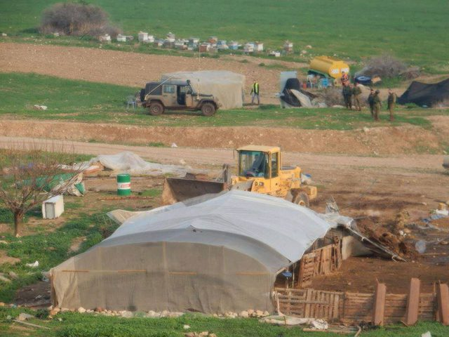 الاحتلال يهدم مزرعة لتربية الدواجن في قرية الولجة