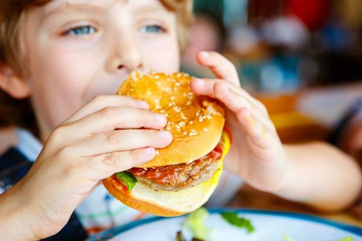 دراسة جديدة تحذر من خطورة تناول الأطفال للأطعمة الجاهزة