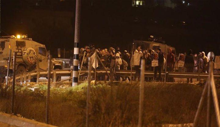 مستوطنون يغلقون طريق جنين نابلس ويهاجمون مركبات المواطنين