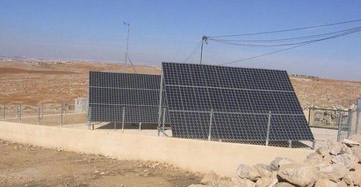 الاحتلال يستولي على أنظمة الطاقة الشمسية بالأغوار