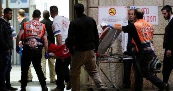 مستوطنون يطعنون شابا في القدس
