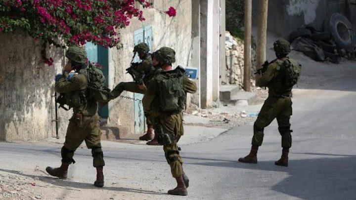 جنين: قوات الاحتلال تداهم محلات تجارية في قرية العرقة