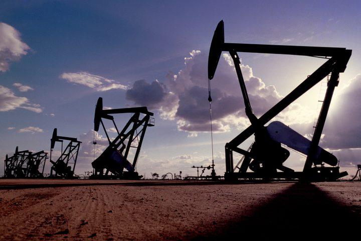 أسعار النفط تقفز 5% بدعم من تراجع الدولار