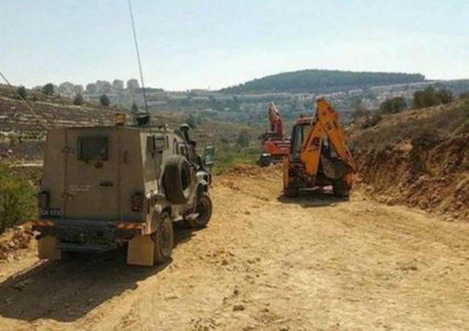 الاحتلال يغلق مدخلي بلدة سنجل بالسواتر الترابية