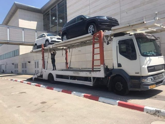 إدخال 110 سيارات حديثة إلى قطاع غزة