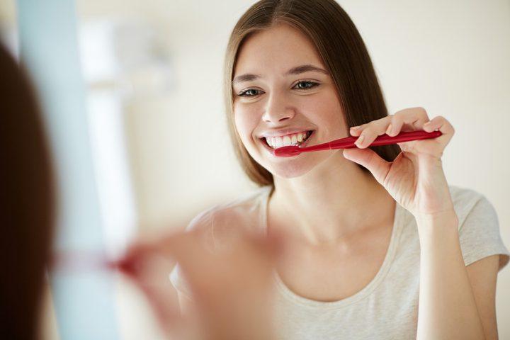 أخصائية بريطانية: لا ينبغي تنظيف أسنانك بالفرشاة بعد الإفطار!