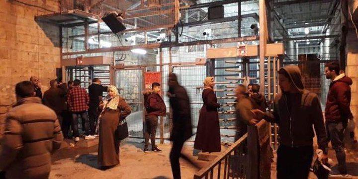 قوات الاحتلال تغلق شارع الشهداء وسط الخليل