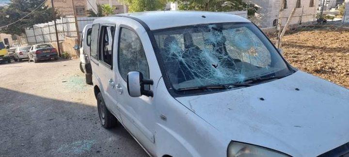 مستوطنون يحطمون زجاج عدد من المركبات في الخليل