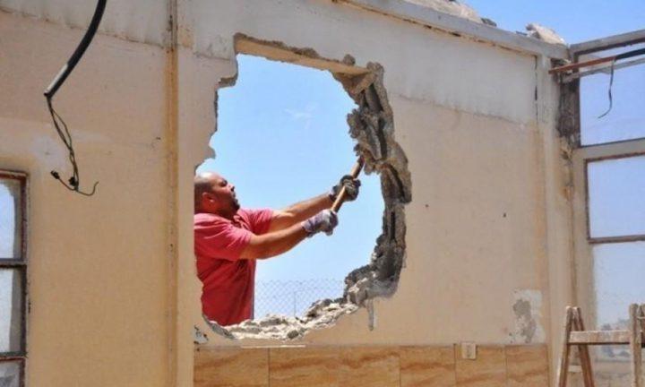 قوات الاحتلال تجبر مقدسيا على هدم منزله ذاتيا