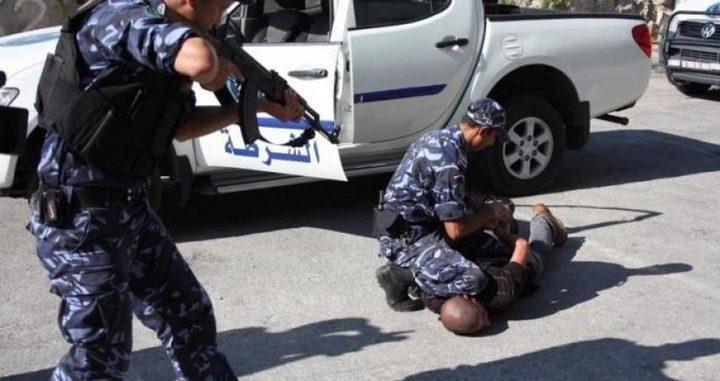 جنين: الشرطة تقبض على تاجر مخدرات مطلوب للعدالة