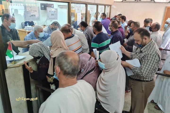 مئات المواطنين يحتشدون أمام مقر هيئة الشؤون المدنية بغزة لتقديم طلبات لم الشمل بعد موافقة الاحتلال على منح ٥ الاف عائلة الشمل