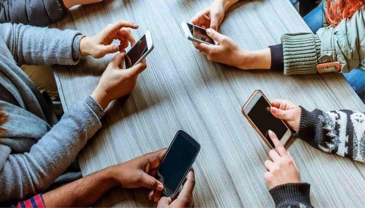 خبير يوضح تأثير إدمان الهواتف على الصحة