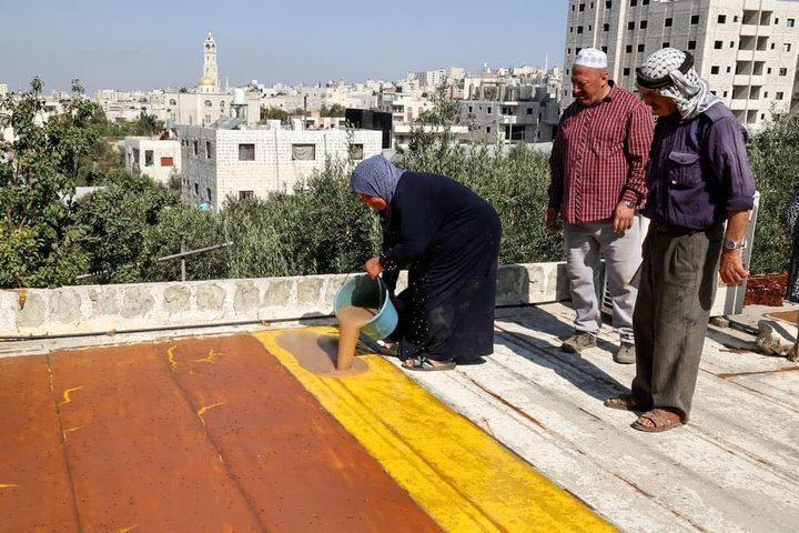 مواطنات يصنعن ملبن العنب ويجففنه فوق أسطح منازلهن
