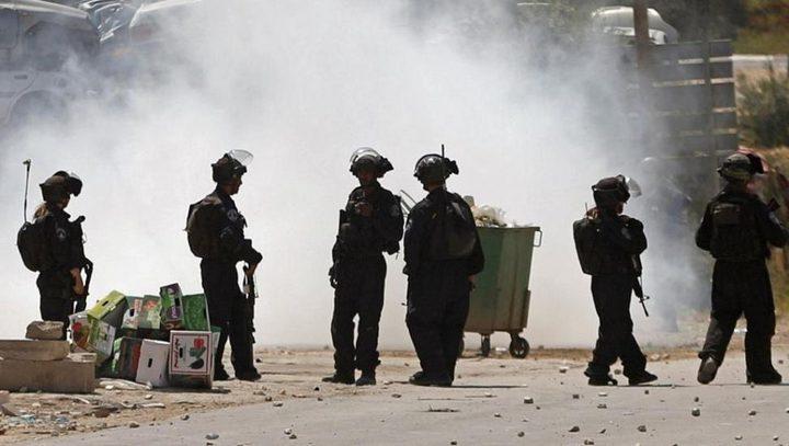 الاحتلال يقمع المشاركين في مسيرة على حاجز حوارة قرب نابلس