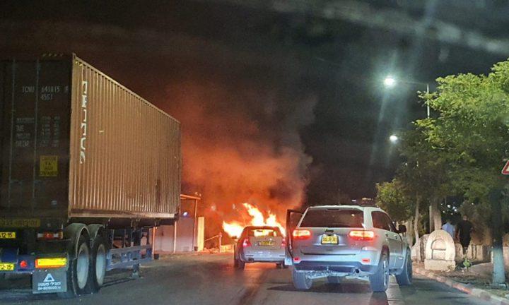 وقفة احتجاجية ضد إحراق سيارة موظف ببلدية رهط