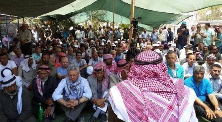 عشرات المقدسيين يؤدون صلاة الجمعة في خيمة الاعتصام بسلوان
