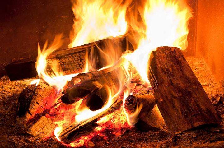 تحذير.. استنشاق دخان حرق الأخشاب يفاقم خطر الإصابة بكورونا