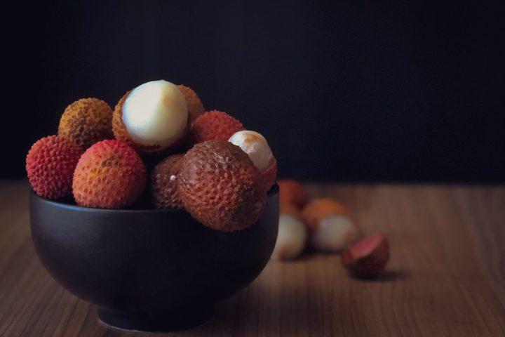 تعرف على فاكهة الليتشي الإستوائية تصوير: فاطمة ابراهيم