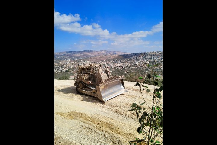 الاحتلال يجرف ويغلق الطرق على جبل صبيح جنوب نابلس