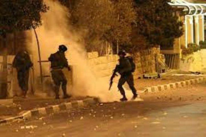 قوات الاحتلال تلقي قنابل غاز على حفل زفاف بالخليل