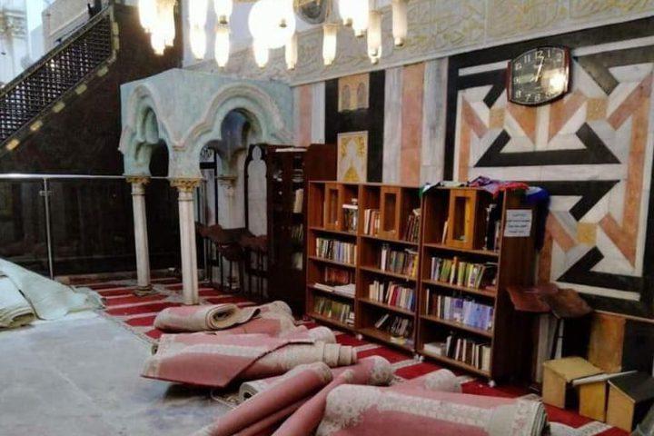 مستوطنون يدنسون الحرم الإبراهيمي، ويزيلون السجاد من القاعة الإسحاقية خلال أعيادهم، بينما أدى المواطنون الصلاة على البلاط الذي فرشت عليه حصائر خفيفة