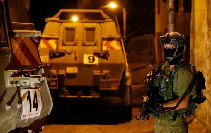 قوات الاحتلال تشن حملة اعتقالات بالضفة وتسرق مبالغ مالية