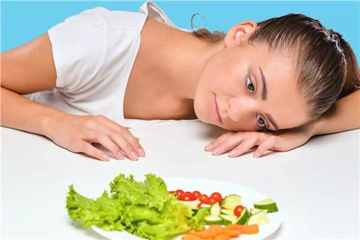 """اخصائية تغذية تكشف العلاقة بين """"الاكتئاب الخريفي"""" والغذاء السليم"""