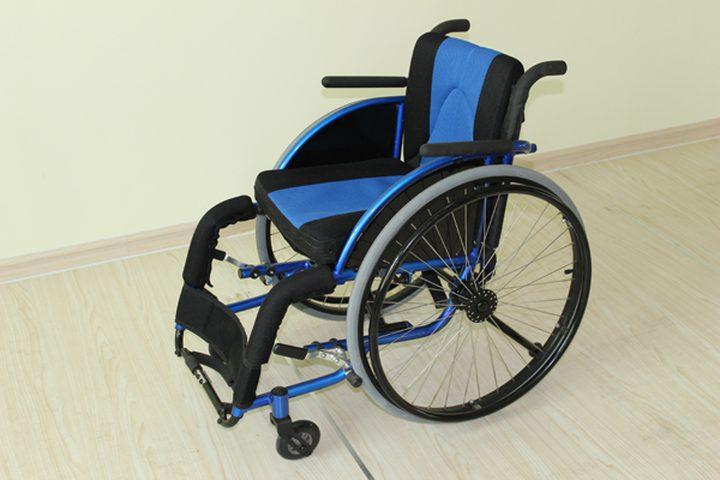 محافظ جنين يسلم كراسي متحركة لذوي إعاقة وجهاز غسيل كلى