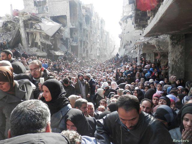 اللجنة الشعبية بمخيم اليرموك تساعد بإزالة الأنقاض من المنازل