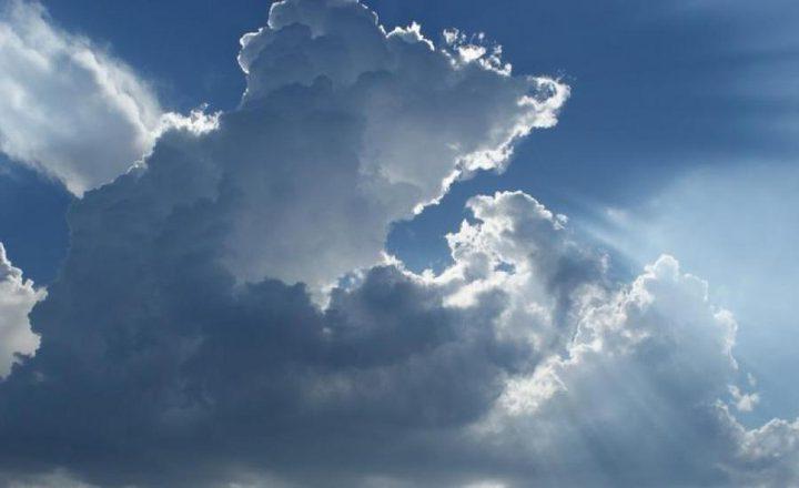 الطقس : أجواء غائمة جزئياً و أمطار خفيفة فوق بعض المناطق