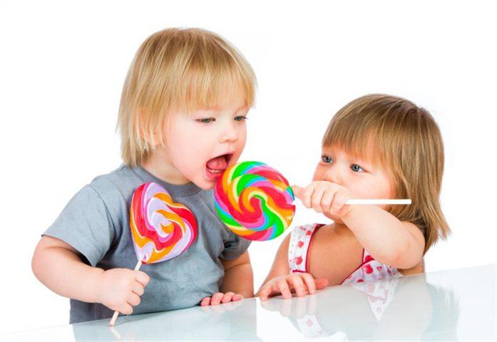 أخصائية تغذية توضح أضرار تناول الأطفال للسكريات.. نصائح مهمة للأم