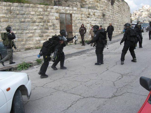 الاحتلال يستهدف منزلا في قرية بيت عنان وأنباء عن شهيدين