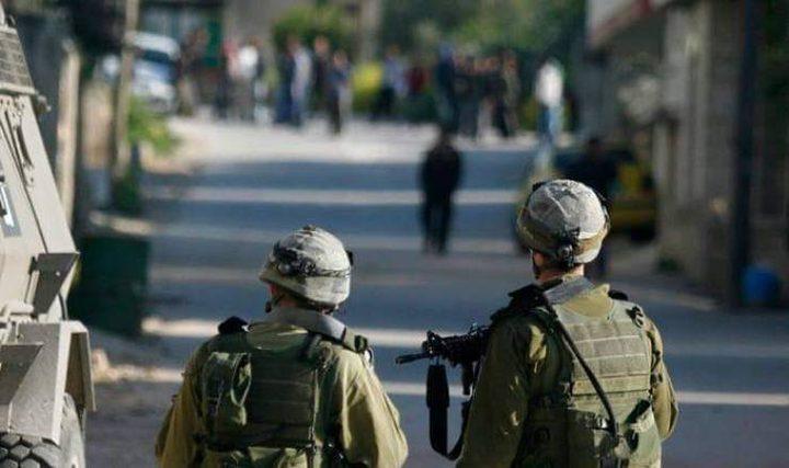 الخليل: الاحتلال يداهم عدة محال تجارية