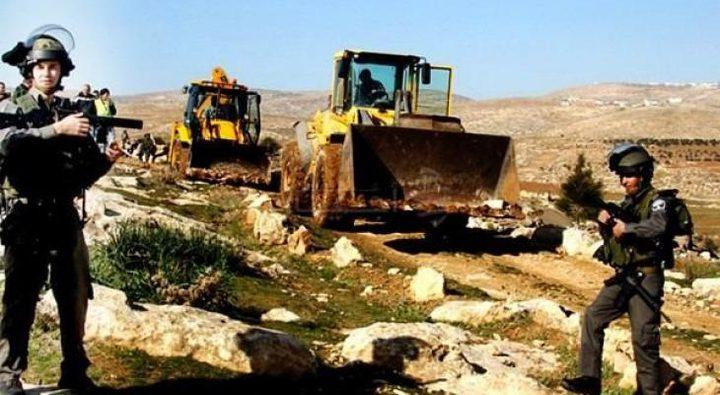 """الخليل: الاحتلال يستولي على """"باجر"""" خلال استصلاحه أراضي غرب دورا"""
