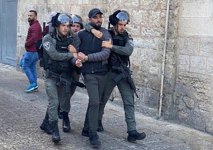 قوات الاحتلال تعتقل شابا قرب باب حطة بالقدس