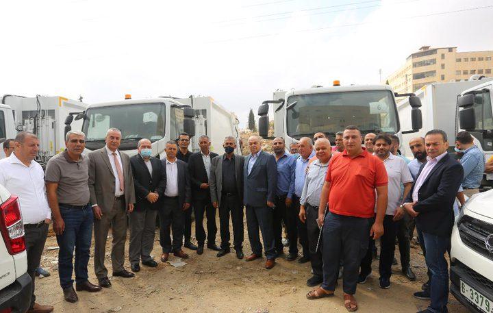 الصالح يُسلم 35 آلية لمجالس خدمات مشتركة لتحسين خدمة جمع النفايات