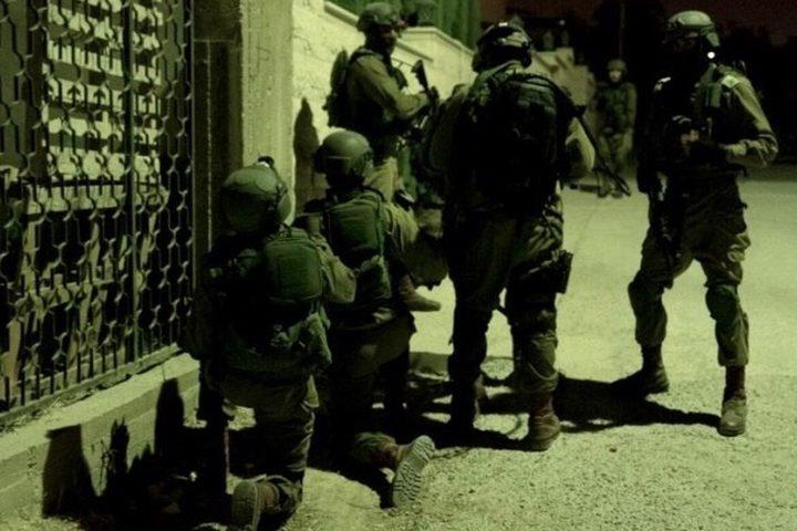 قوات الاحتلال تعتقل سبعة مواطنين من رام الله وتقتحم عدة مناطق