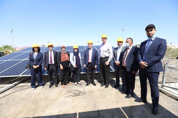 رئيس البنك الدولي يتفقد مشروع الطاقة الشمسية على أسطح المدارس