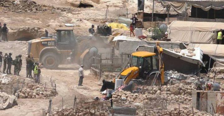 الاحتلال يخطر بهدم وإزالة مساكن ومنشآت زراعية جنوب الخليل