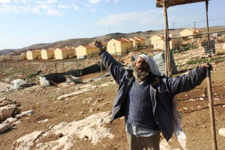 الاحتلال يخطر بوقف البناء بمنزل ويصور مساكن وخياما جنوب الخليل
