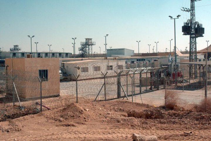 """الاحتلال يعزل 14 أسيرا بظروف قاسية في سجن """"النقب"""""""