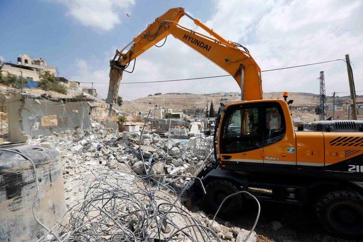 الاحتلال يهدم منزلا ويخطر بهدم ثلاثة أخرى في سلوان