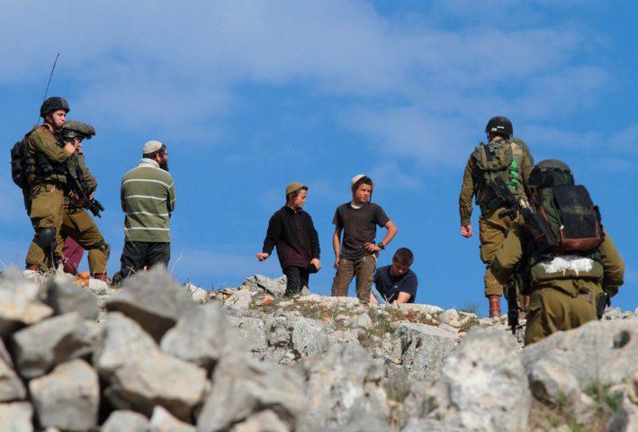 مستوطنون يطردون مزارعين من أراضيهم جنوب نابلس