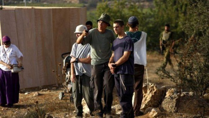 مستوطنون يمنعون المواطنين من قطف ثمار الزيتون في قرية بورين
