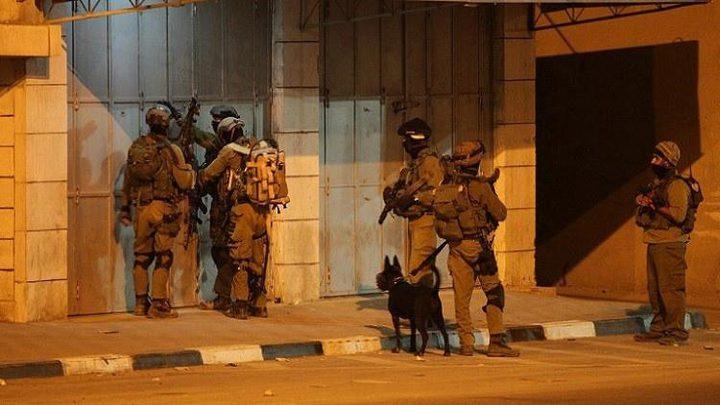 قوات الاحتلال تعتقل 14 مواطنا من الضفة الغربية