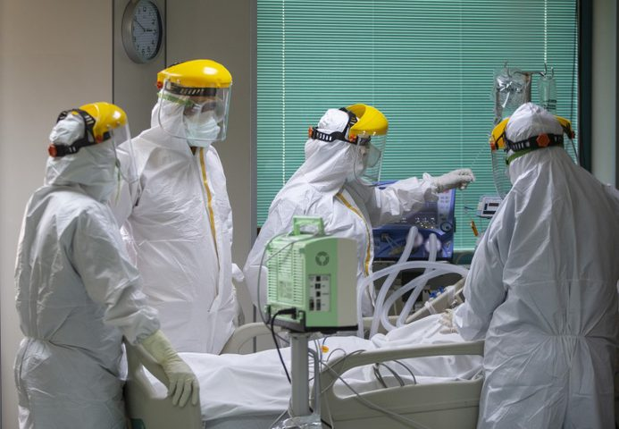 """""""كورونا"""" عالميا: 4 ملايين و875 ألف وفاة"""