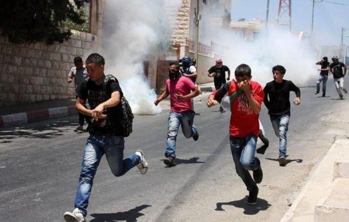 طمون: إصابة شاب بالرصاص واختناق آخرين خلال مواجهات مع الاحتلال