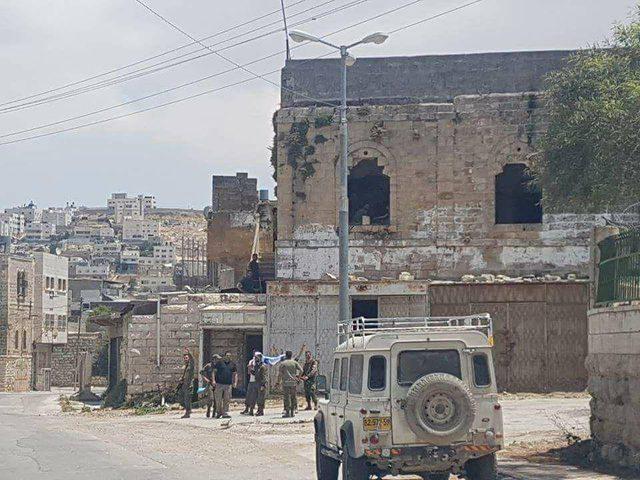 الخليل: اعتقالات و إصابات بالاختناق ومداهمات لمنازل المواطنين