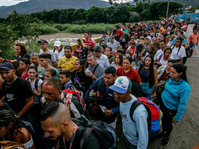 """فنزويلا تدين """"القتل الجماعي"""" للمهاجرين في كولومبيا"""