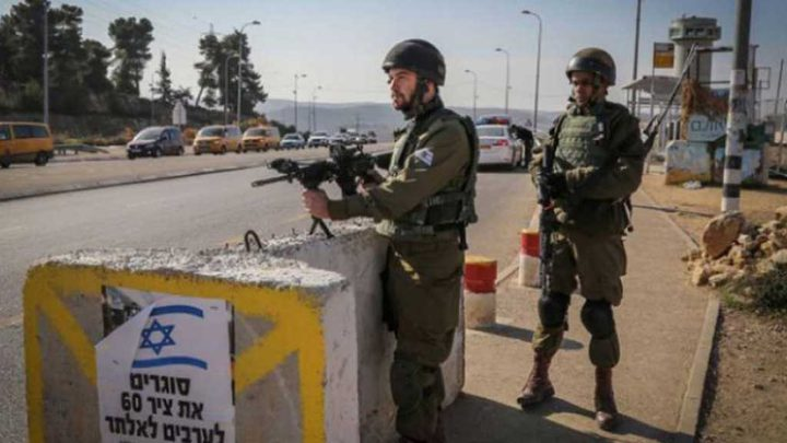 الاحتلال يطلق النار على مركبة قرب حاجز قلنديا ويعتقل سائقها